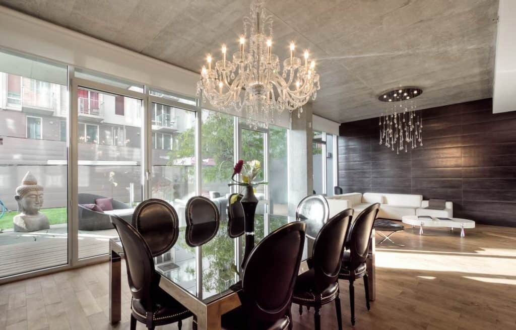 Dining-Room-With-Chandelier