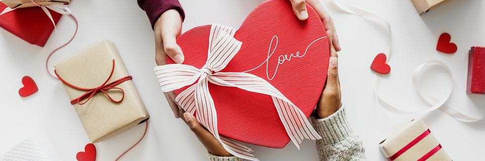 How To Impress Your Husband On 20th Anniversary With Romantic Gift?